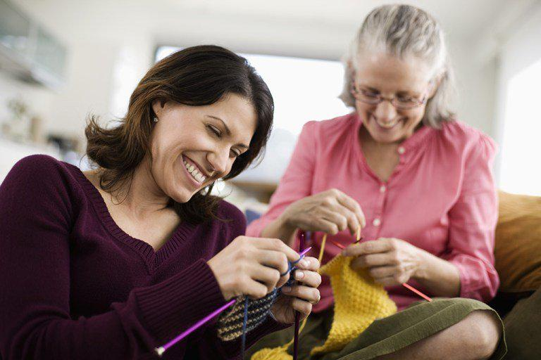 knitting-couch-mom