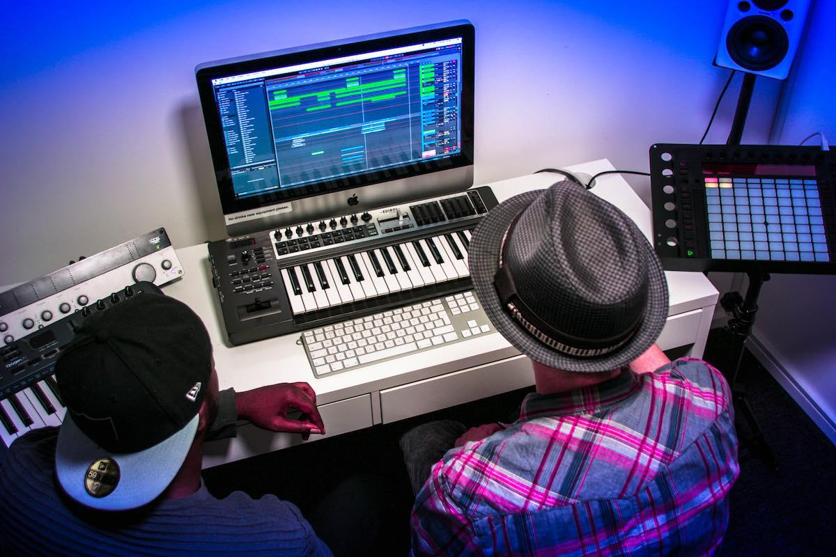 Live Performers and the Best Music Producing Courses: Things to Understand